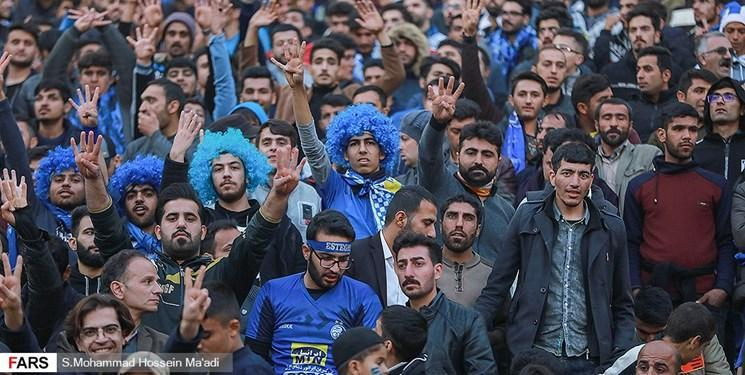 ادامه اعتراضات طرفداران استقلال مقابل ساختمان باشگاه