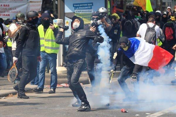 شلیک گاز اشک آور به سمت معترضین پاریسی، درگیری ها اوج گرفت
